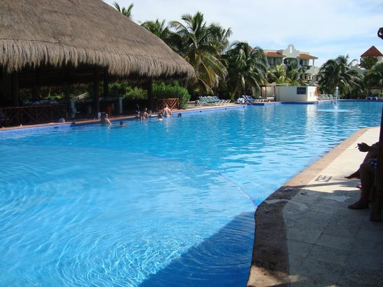 El Dorado Royale, by Karisma: Swim up bar at pool