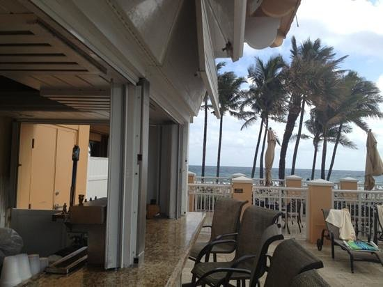 Wyndham Deerfield Beach Resort: awesome pool bar and grill