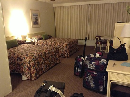 Maui Seaside Hotel: Room with 2 double beds