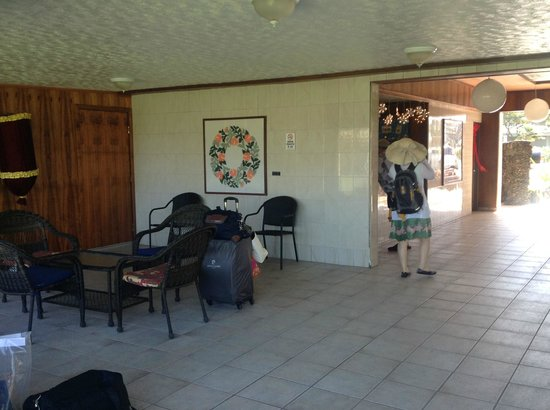 Maui Seaside Hotel: Main lobby area