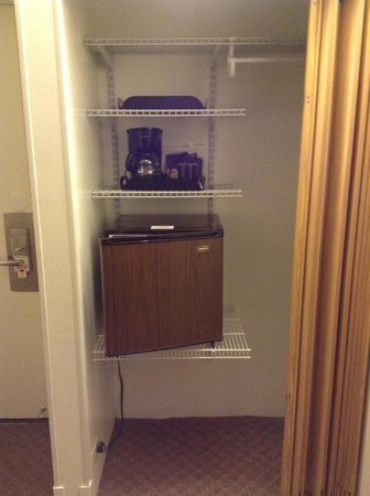 Maui Seaside Hotel: Mini fridge and Coffee Maker