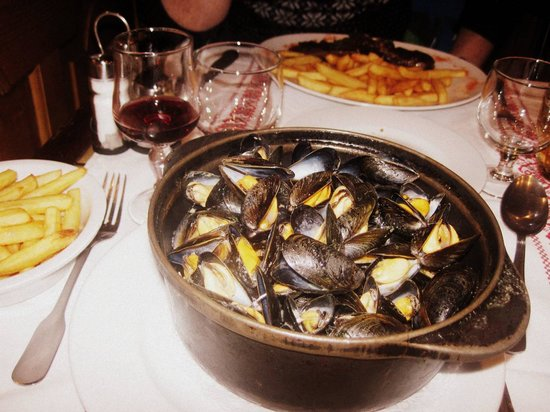 La Taverne de Chamouny : Mussels. Good portion size. Chips lacked any flavour.