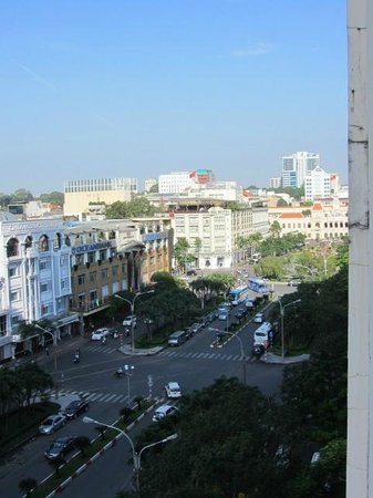 Palace Hotel Saigon : Balcony view to the right