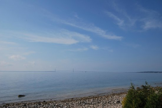 Lake View Hotel: Blick von der Insel auf die Hängebrücke