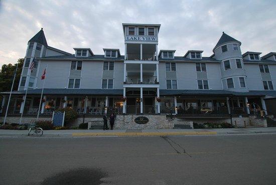 Lake View Hotel: Hotel, rechts unten Restaurant