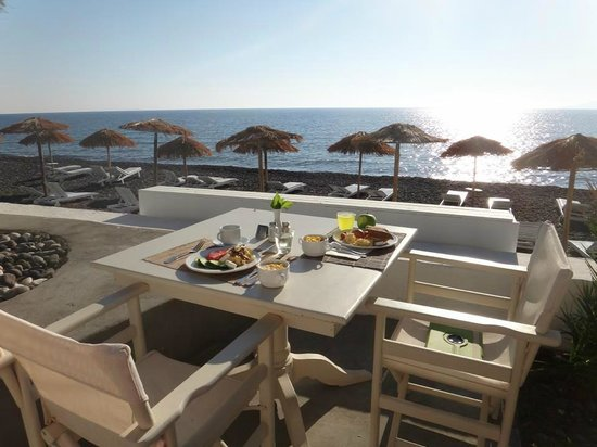Thalassa Sea Side Resort & Suites: Breakfast on the beach.