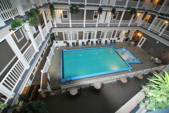 Lake View Hotel: Hotel Innenansicht auf Pool von den Zimmergängen