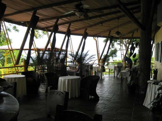 Issimo Suites Boutique Hotel and Spa: Open air dining and view of the ocean