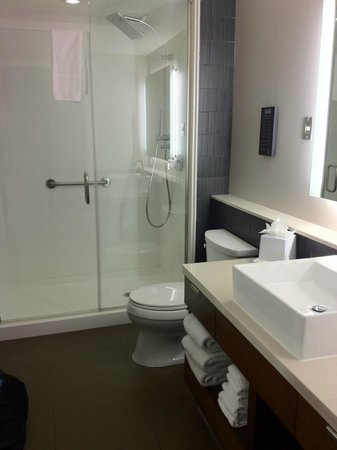 Element Las Vegas Summerlin: clean and green bathroom