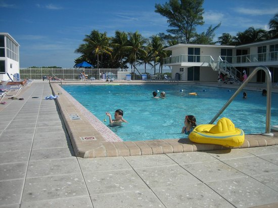 Design Suites Miami Beach: swiming pool and some rooms at the back