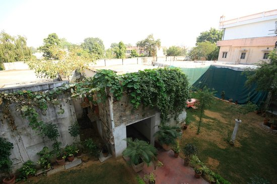 Rajasthan Palace Hotel: One of the garden areas