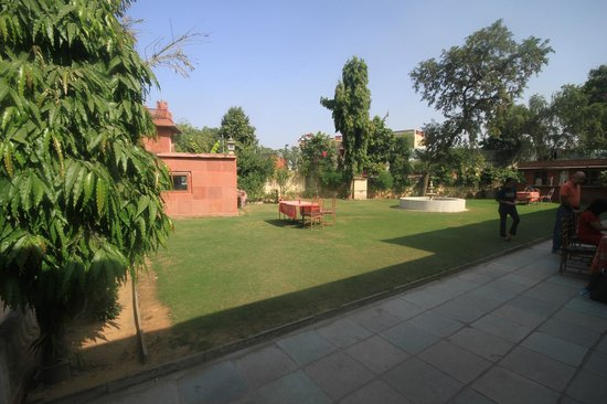 Rajasthan Palace Hotel: Garden outside reception