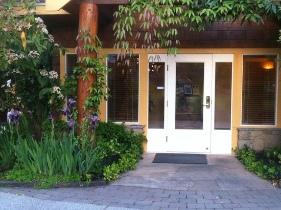 Galiano Oceanfront Inn and Spa: Front entrance