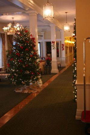 The Green Park Inn: The lobby decorated for Christmas