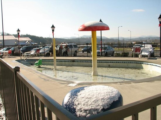 Resort at Governor's Crossing: Outdoor kiddie pool in the snow