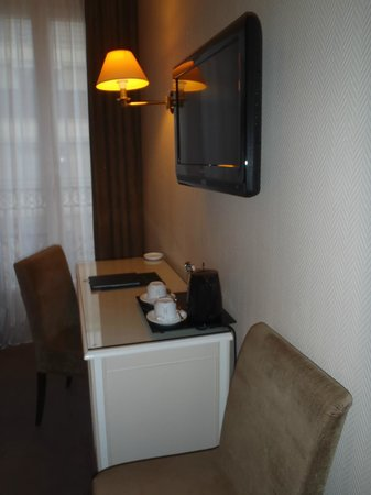 Hotel Magda Champs Elysées: Wall mounted TV, coffee