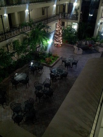 The Burgundy Hotel: Inside courtyard and breakfast dining area