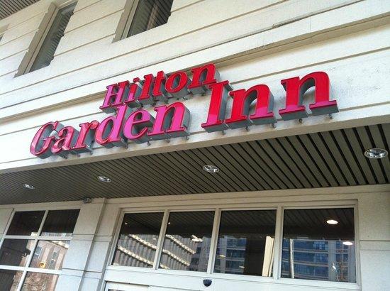 Hilton Garden Inn Toronto City Centre: Front of hotel