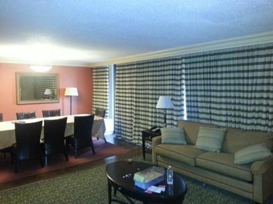 Atlanta Marriott Northwest at Galleria: Living room of our suite