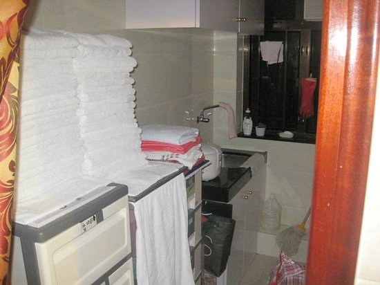 Maple Leaf Guest House: a nich in hallway, with extra towels