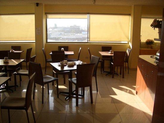 Imperio Suites: mesas do restaurante do hotel