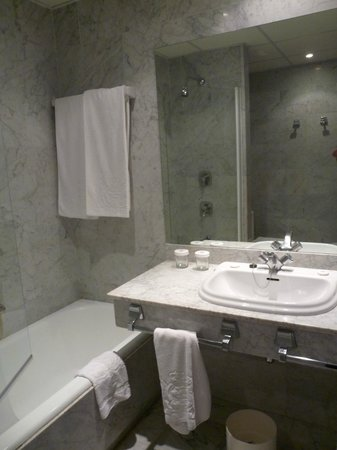 Hotel Inglaterra: Bathroom
