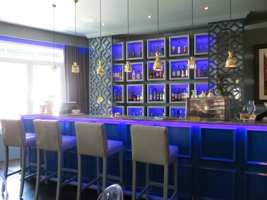 Majeka House: Blue bar