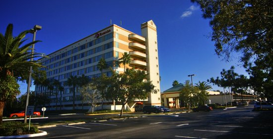 Ramada by Wyndham Kissimmee Gateway: Entrance view from Main Road