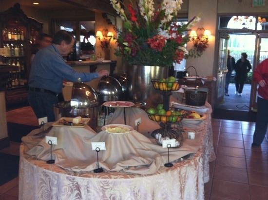 Vintage Inn: breakfast buffet in the lobby