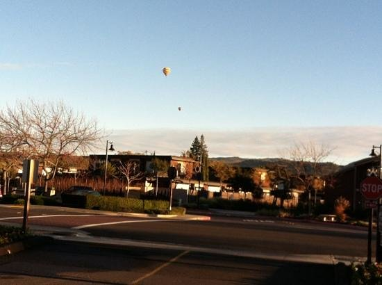 Vintage Inn: hot air balloons heading out over Yountville