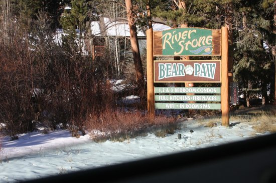 River Stone Resort and Bear Paw Suites: Entrance sign