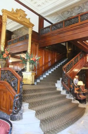 Benson Hotel: Grand staircase in the lobby.