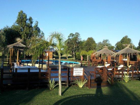 La Lucila del Mar, Argentina: Deck solarium y piscina de Cabañas Pachamía