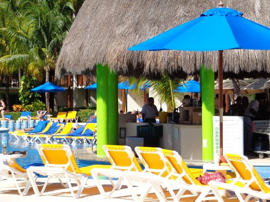 The Reef Coco Beach: Bar de la piscine