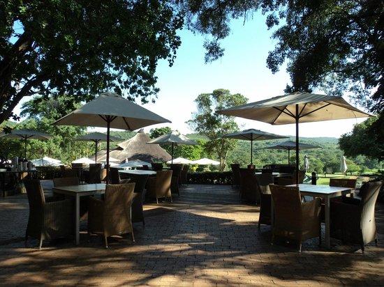 Sabi River Sun Resort: tavoli pranzo esterni
