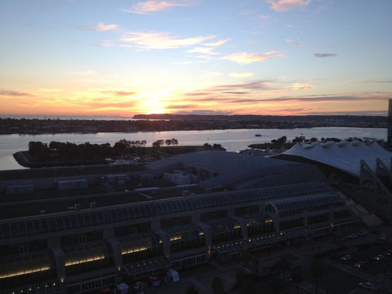 Omni San Diego Hotel: Sunset view of San Diego Bay from our room.
