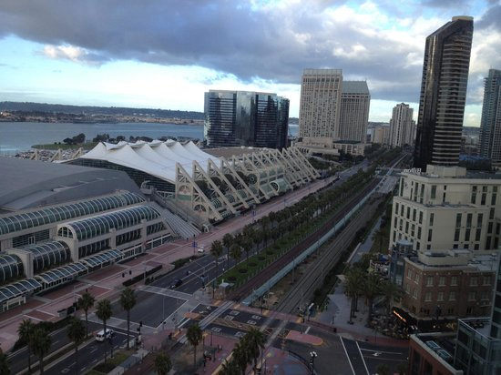 Omni San Diego Hotel: Daytime view of convention center and bay from our room at the Omni.