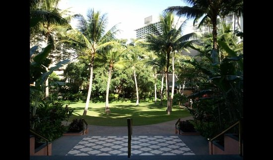 The Royal Hawaiian, a Luxury Collection Resort, Waikiki: ロビーから中庭を望む。