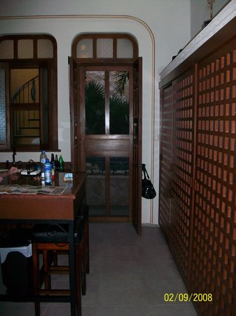 Luz En Yucatan: Kitchen and door to pool and outside table