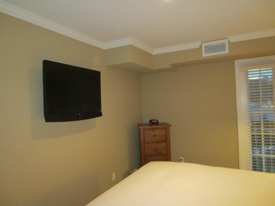 The Residences at Biltmore: Flat-screen TV in bedroom of 2-bedroom suite 404