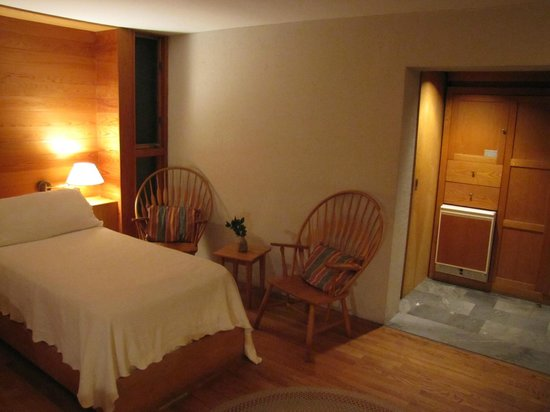 Inn at Middleton Place: Seating area and sliding bathroom door.  The sliding door was quite heavy.