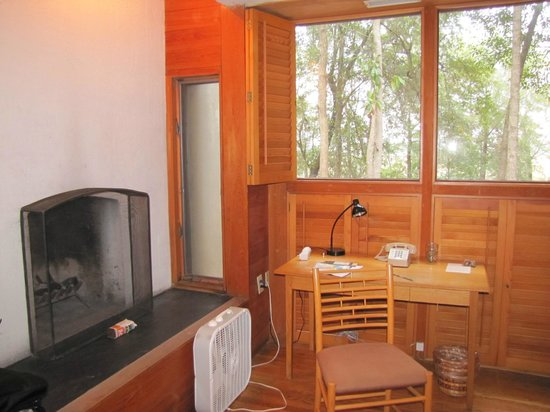 Inn at Middleton Place: The desk area is next to the fireplace and had a reading light and power outlet.