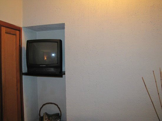 Inn at Middleton Place: TV is approximately 10' from the bed.