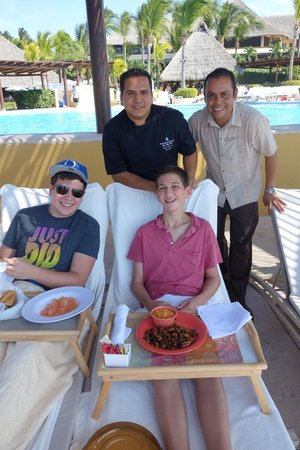 Four Seasons Resort Punta Mita: Chef Ramon and Ketsie manager Israel delivering lunch poolside!
