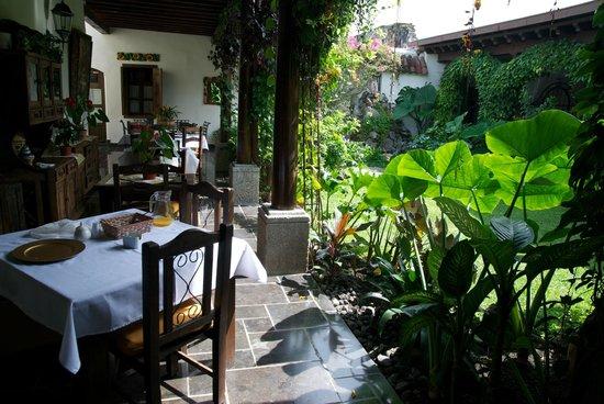 Hotel la Catedral: Patio-breakfast tables 