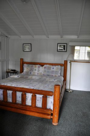 Carmel River Inn: Cozy Bed