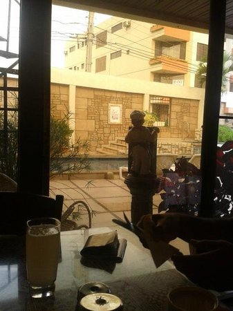 Antares Hostal: Vista desde el comedor hacia la piscina.