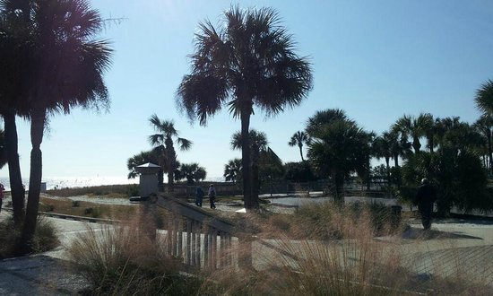 Spinnaker at Shipyard: Public access to beach near Coligny Plaza