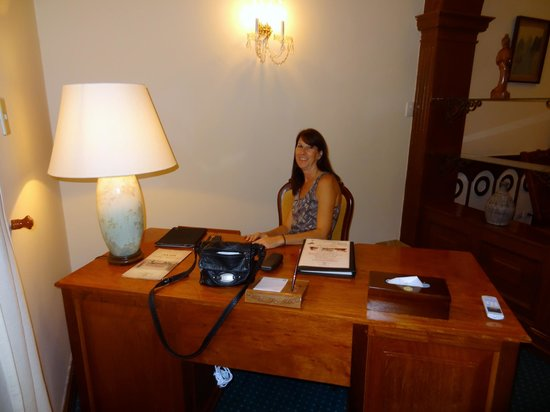 Hotel Continental Saigon: desk in room