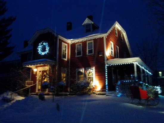Old Red Inn & Cottages: beautiful at night!